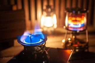 ランタンの灯りと火輪ストーブのある癒やしの空間